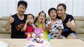柯以柔找爸媽一起為兩位女兒慶生。(圖/翻攝自臉書)