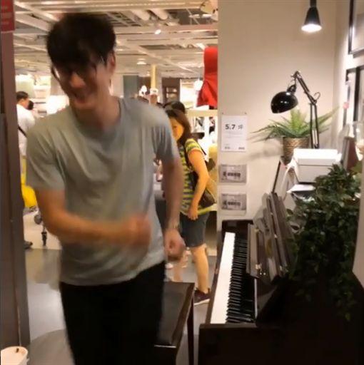 周興哲,IKEA,彈琴,鋼琴,你好不好,秘密演唱會,路人(圖/翻攝自周興哲IG)