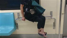 「雙腿懸空」坐行李架…旁邊座位超空!阿姨遭偷拍公審 網掀兩派論戰(圖/翻攝自爆廢公社)