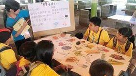營養知識小達人夏令營邀請大專院校老師及學生志工一起教授學童營養知識。(味全公司提供 )