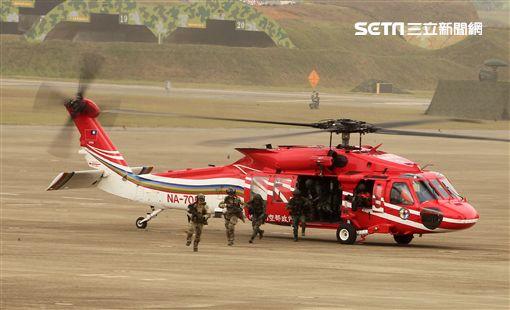 陸航UH-60M黑鷹直升機實施空中突擊著陸,空勤隊同機型也加入漢光演習。(記者邱榮吉/攝影)