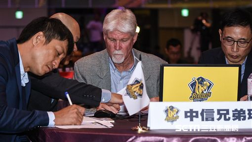 中華職棒2018年度選手選拔會,中信兄弟教練團史耐德選拔討論。(圖/記者林敬旻攝)