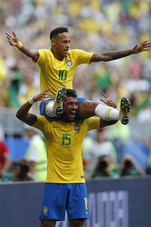 內馬爾進球後坐在隊友肩上。(圖/美聯社/達志影像)