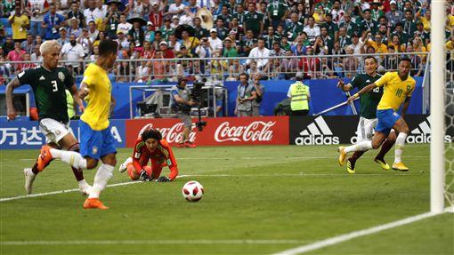 費爾米諾(左2)攻入個人世足賽的第1球。(圖/美聯社/達志影像)