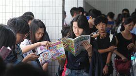 大學指考第2天  考生溫書(2)107學年度指定科目考試2日進入第2天,考生在教室外翻閱參考書,準備第一科的考試。中央社記者徐肇昌攝  107年7月2日