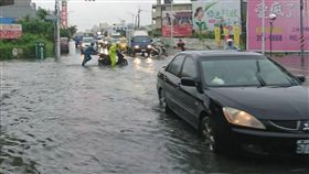 台南仁德道路積水(2)台南地區20日上午一陣超大雨勢,導致仁德區太子路高速公路涵洞下方道路積水,車輛一度難以通行。中央社記者楊思瑞攝  107年6月20日