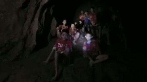 泰國足球隊13人找到了 3英人險峻洞穴「神救援」 圖/翻攝自Thai NavySEAL臉書