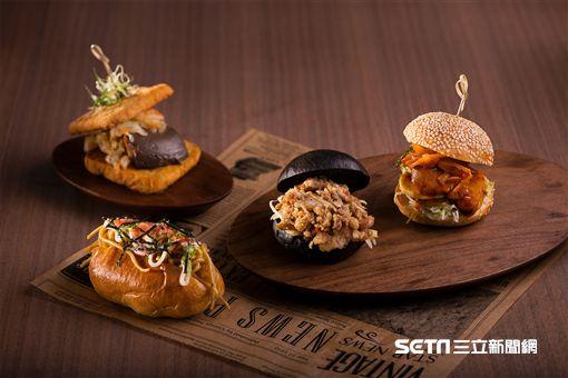 臭豆腐鴨血堡,日式炒麵堡,漢堡。(圖/誠品行旅提供)