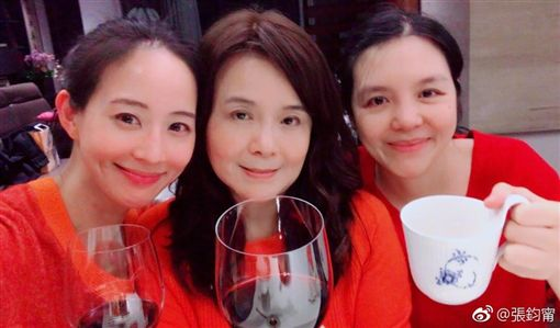 ▲張鈞甯與媽媽及姊姊的感情很好。(圖/翻攝自臉書)