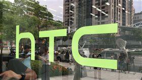宏達電Google新合作 媒體嚴陣以待宏達電21日宣布出售參與打造Pixel手機的成員及授權專利給Google,多家媒體出動SNG衛星轉播車,在宏達電新店總部大樓外守候。中央社記者吳家豪攝 106年9月21日