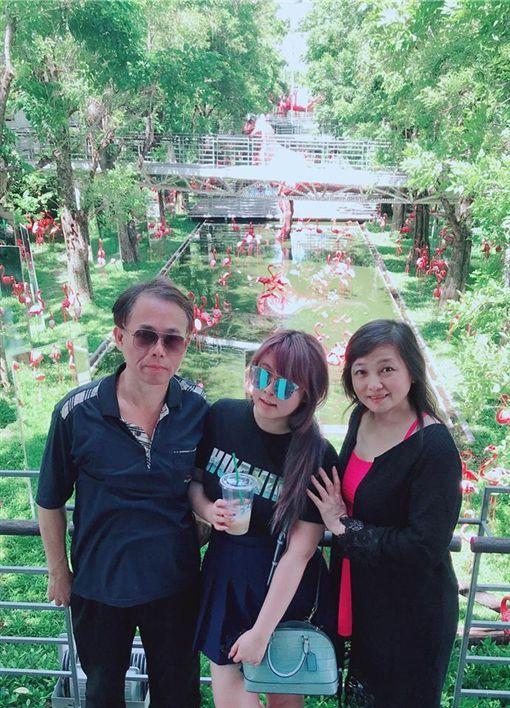 ▲小小瑜帶著爸媽到泰國遊玩。(圖/翻攝自臉書)