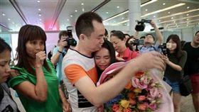 失散13年,女今成學霸,成功找到親生父母終相聚。(圖/翻攝中國經濟網)
