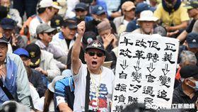 八百壯士聚集立法院外反年改抗議。 (圖/記者林敬旻攝)