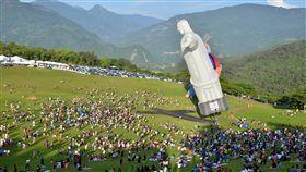 台東熱氣球嘉年華開跑 人潮湧入2018台灣國際熱氣球嘉年華30日在台東正式登場,適逢暑假第一天,活動現場湧入大量遊客,讓觀光業者相當振奮,盼觀光熱潮持續到暑假結束。中央社記者盧太城台東攝 107年6月30日