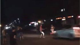 命超大!上街慶祝世界盃遭撞飛 俄男奇蹟生還 圖/翻攝自YouTube