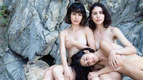 雷艾美 Emmie Ries(左)、雷理莎 Lisa Ries(右)、雷達達 Linda Ries(下)解放拍攝男人幫雜誌。(圖/FHM提供)