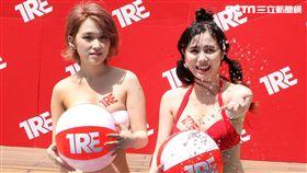 椎名空跟吉川愛美直呼天氣實在太熱了,好想裸體泡泳池。(圖/記者邱榮吉攝影)