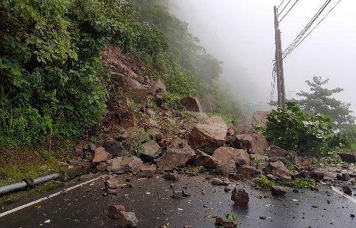 阿里山公路坍方落石中斷(1)阿里山公路(台18線)70.2公里處4日凌晨發生坍方落石造成雙向交通阻斷,所幸無人車經過。(阿里山工務段提供)中央社記者黃國芳傳真 107年7月4日