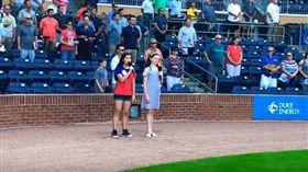 大陸近年來不斷打壓台灣在國際上的地位,但美國一名14歲少女羅凱莉(Kylie Robinson)卻非常認同台灣,在當地棒球賽上唱中華民國國歌,美妙歌聲讓現場觀眾熱烈鼓掌。(圖/翻攝自YouTube《Kylie Robinson Music》)