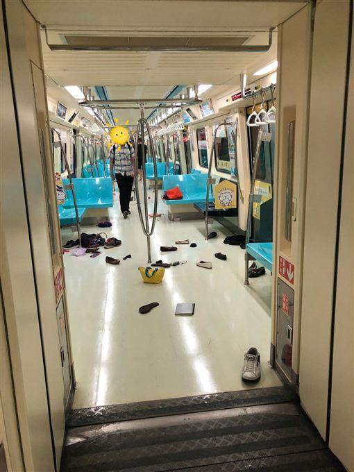 捷運驚魂記!一名網友今(4)日搭北捷淡水信義線上班時,前面乘客突然尖叫、往後暴衝,他原本以為是砍殺事件,沒想到竟只是一隻「老鼠」。對此,北捷也證實列車疑似有老鼠導致旅客尖叫,並請旅客下車改搭下一班。(圖/翻攝自PTT) ID-1429394