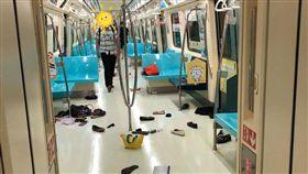 捷運驚魂記!一名網友今(4)日搭北捷淡水信義線上班時,前面乘客突然尖叫、往後暴衝,他原本以為是砍殺事件,沒想到竟只是一隻「老鼠」。對此,北捷也證實列車疑似有老鼠導致旅客尖叫,並請旅客下車改搭下一班。(圖/翻攝自PTT)