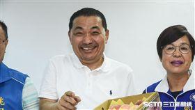 新北市長參選人侯友宜與桃園市議員拍攝宣傳照。 (圖/記者林敬旻攝)