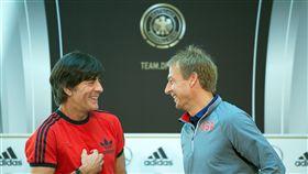 德國總教練勒夫和時任美國隊總教練克林斯曼(Jürgen Klinsmann)在2015年友誼賽合影。(圖/美聯社/達志影像)