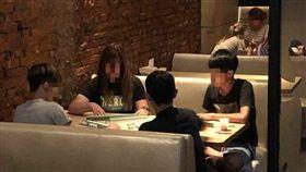 4人自備麻將餐廳坐一桌開打,網友讚嘆賭性堅強。(圖/翻攝爆料公社)