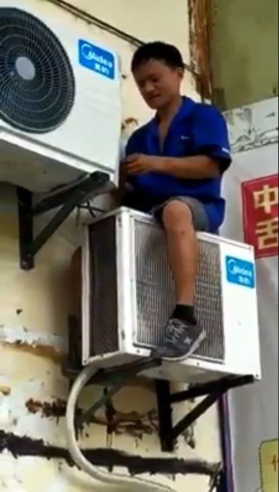 近日網路上不斷瘋傳一段阿里巴巴董事長馬雲「修冷氣」的影片,不過仔細一看,修冷氣的工人只是長相相似馬雲,並非本人。不少網友看到後,紛紛嘴角失守,還調侃地說「同臉不同命啊!」(圖/翻攝自微博、臉書)