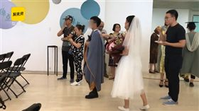 披婚紗、拿捧花飛1千多公里參加前男友婚禮,卻只被對方「看一眼」。(圖/翻攝梨視頻)