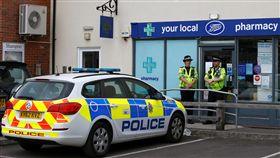 2名英國公民遭人以諾維喬克神經毒劑(Novichok)毒害,警方在藥房外進行警戒(圖/路透社/達志影像)