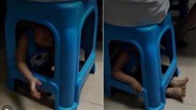 男童被塞在塑膠椅下方動彈不得,媽只顧打麻將。(圖/翻攝澎湃新聞)