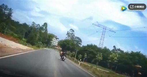 大陸最近瘋傳一段影片,有一輛機車行駛在馬路上壓車「犁田」,結果竟蹦出3個屁孩,他們嚇得跑到路邊閃避來車,但有一人閃避不及被一輛機車撞飛,直接翻轉360度。不少網友看到後,紛紛驚呼說「影分身之術!」(圖/翻攝自騰訊視頻)