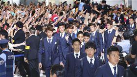 世足賽日本隊回到成田機場,球迷熱情接機。(圖/美聯社/達志影像)