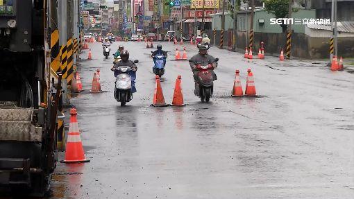 考駕照?台南道路施工 機車族閃上百三角錐