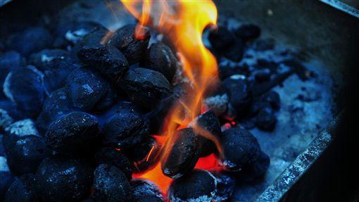 烤肉,燒炭,炭盆,火爐,火(示意圖/PIXABAY)