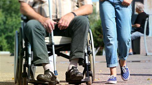 外籍看護推阿嬤去散步 回家竟變阿公(圖/翻攝自pixabay)