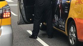 民眾在承德路拍到計程車司機打開車門下車小便的過程(翻攝《爆廢公社》)