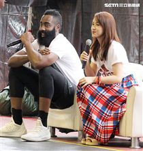 NBA年度最有價值火箭球星「大鬍子」哈登(James Harden),造訪台灣,首次錄綜藝節目初體驗,獻給吳宗憲主持的《綜藝玩很大》。(記者邱榮吉/攝影)