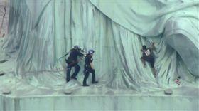 ▲警方試圖救援泰蕾莎(圖/翻攝自9NEWS.com)