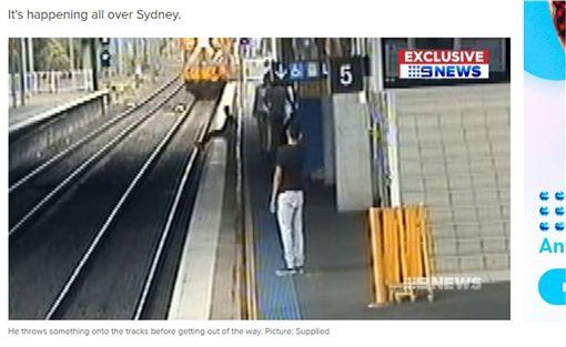 玩出人命!少年耍帥坐月台邊 慘遭火車輾斷雙腿 圖/翻攝自9NEWS