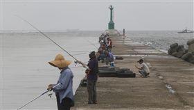 高雄風雨前寧靜(2)根據中央氣象局21日清晨最新海上颱風警報資料,2017 年第13號的輕度颱風天鴿正朝台灣靠近,下午起就會影響東半部及南部。圖為高雄21日中午無風無雨,釣魚客在防波堤釣魚。中央社記者董俊志攝 106年8月21日