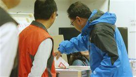 黃國昌罷免案投票(1)時代力量立委黃國昌罷免案16日投開票,民眾上午前往投票所投票。中央社記者鄭傑文攝 106年12月16日
