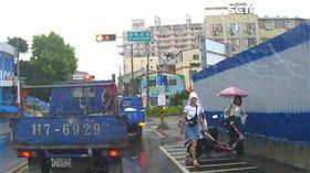 2日本正妹全身濕透站台中街頭 台灣景熱心協助/台中市第四警分局提供