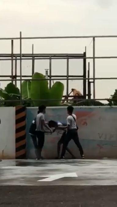 台中五權西路加油站,3男毆打中油員工。(圖/翻攝爆料公社)