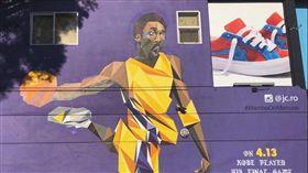 柯比畫像被貼上詹皇臉 湖迷丟鞋擊落 NBA,洛杉磯湖人,LeBron James,Kobe Bryant,推特,尊敬,忠誠 https://twitter.com/andoneperez/status/1014396722095648768