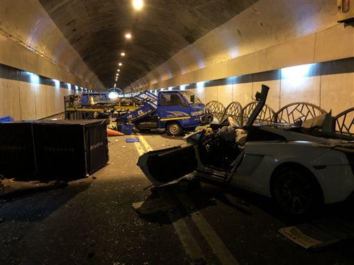藍寶堅尼撞車,女副駕慘死車內,家屬到場找人心急如焚。(圖/翻攝畫面)