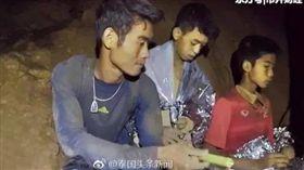 泰國足球隊受困洞穴,一名大陸女網友稱25歲教練艾格彭(Ekkapon Chantawongse)是她同父異母、失散多年的弟弟。(圖/翻攝自《泰國頭條新聞》)