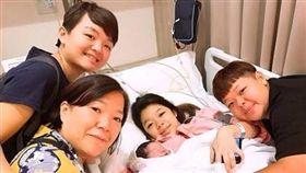 小亨堡妹提早生了,全家福曝光。(翻攝臉書)