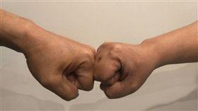 ▲擊拳比握手乾淨20倍。(圖/示意圖片)